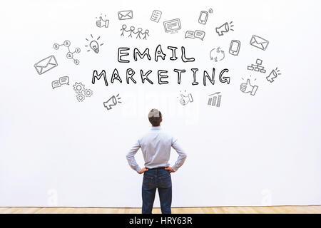 Concept de vente d'email, word avec des icônes sketch Banque D'Images