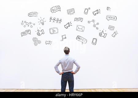 Les médias sociaux ou le réseau concept contexte, man looking at les icônes de tweet, partager, comme et blog