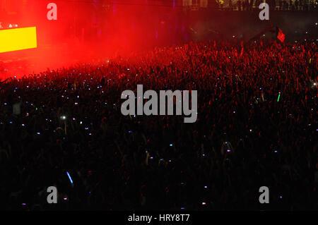 CLUJ NAPOCA, Roumanie - 31 juillet 2015: partie de la foule de personnes lèvent la main au cours d'un concert live Banque D'Images