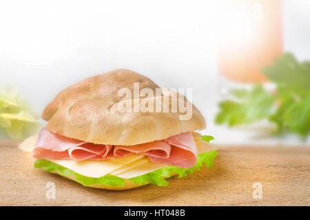 Sandwich avec jambon, fromage et salade verte sur fond blanc Banque D'Images