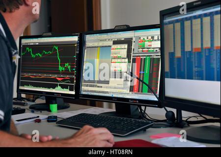Opérateur en bourse, trading en ligne, les traders avec des écrans Banque D'Images