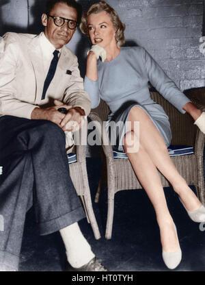Marilyn Monroe et Arthur Miller, à peine arrivé à Londres, c1956-1957. Artiste: Inconnu. Banque D'Images