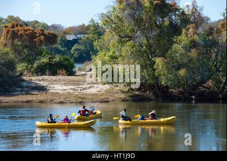 Les touristes ont vu du rafting sur la rivière Zambèze au Zimbabwe. Banque D'Images