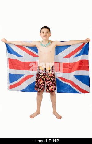 Teenage boy en tenant un drapeau britannique maillots Banque D'Images