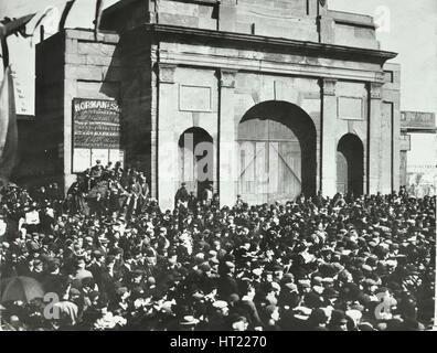 En dehors de la foule fermé East India Dock Gates, peuplier, Londres, 1897. Artiste: Inconnu. Banque D'Images