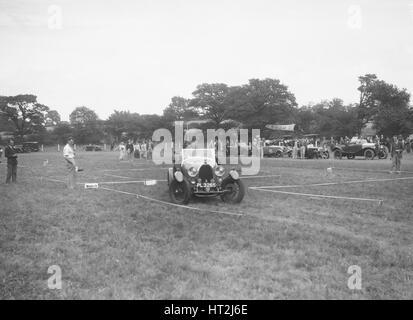 Bugatti Type 44 prenant part à la Bugatti Owners Club gymkhana, 5 juillet 1931. Artiste: Bill Brunell. Banque D'Images