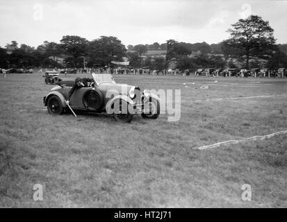 Bugatti Type 40 prenant part à la Bugatti Owners Club gymkhana, 5 juillet 1931. Artiste: Bill Brunell. Banque D'Images