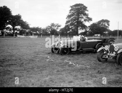 Deux Bugatti Type 44s qui prennent part à la Bugatti Owners Club gymkhana, 5 juillet 1931. Artiste: Bill Brunell. Banque D'Images