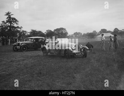 Bugatti Type 44 et Alvis FWD prenant part à la Bugatti Owners Club gymkhana, 5 juillet 1931. Artiste: Bill Brunell. Banque D'Images