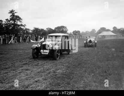 Alvis FWD et Bugatti Type 44 prenant part à la Bugatti Owners Club gymkhana, 5 juillet 1931. Artiste: Bill Brunell. Banque D'Images