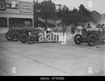 Fiat, Bugatti et Benz qui participent à une réunion de courses Motor Club Surbiton, Brooklands, Surrey, 1928. Artiste: Bill Brunell.