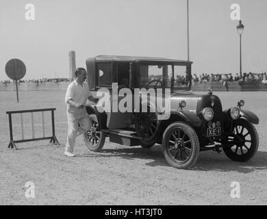 Fiat coupe le moteur à Boulogne la semaine, France, 1928. Artiste: Bill Brunell.