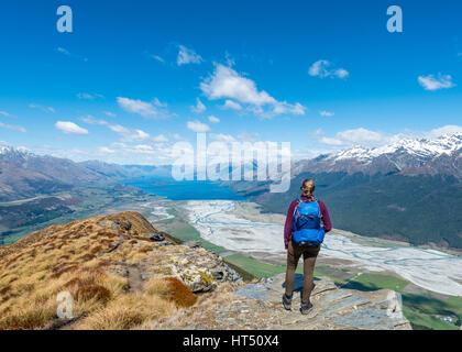 Randonneur avec vue sur le Lac Wakatipu du Mont Alfred, Glenorchy à Queenstown, Alpes du Sud, de l'Otago, Southland, Banque D'Images