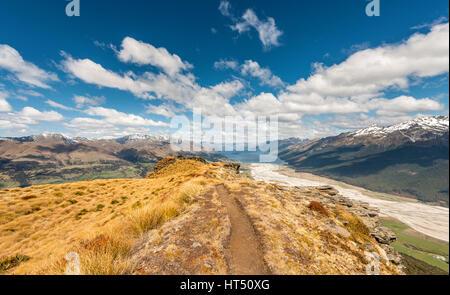 Sentier de randonnée, vue sur le Lac Wakatipu du Mont Alfred, Glenorchy à Queenstown, Alpes du Sud, de l'Otago, Banque D'Images