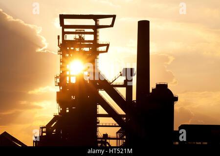 Usine industriel désaffecté Phoenix West avec haut-fourneau 5, Coucher de soleil, Dortmund, Ruhr, Rhénanie du Nord Banque D'Images