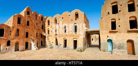 Ksar Ouled Soltane, un traditionnel berbère saharienne et arabes voûtée grenier fortifié adobe caves, Tunisie Banque D'Images
