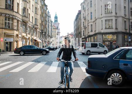 République tchèque, 11.04.2014 Prgue: Une jeune fille à vélo dans la ville capitale femme refroidissement sur une Banque D'Images