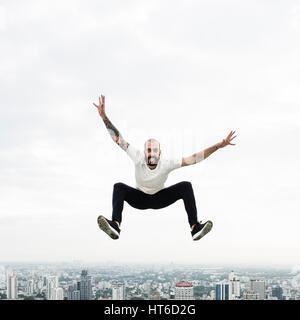 Pratiquer le Yoga Concept sur le toit de l'homme Banque D'Images