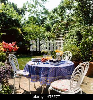 Table et chaises sur un patio. Banque D'Images