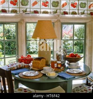 Table à manger avec du pain et des tomates. Banque D'Images