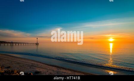 Coucher de soleil sur l'océan vue de la plage de Brighton, dans le sud de l'Australie Banque D'Images