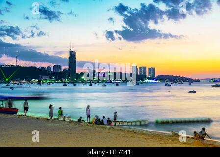 Vue sur Pattaya Beach pendant le coucher du soleil