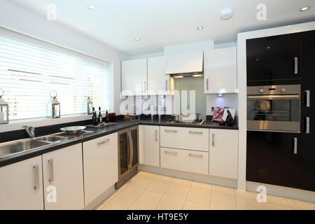 Home intérieur.cuisine moderne, nouvelle construction d'accueil, cuisine en blanc avec fonction noir, construit dans l'unité de cuisson four,refroidisseur à vin, carrelage