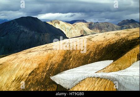 Paysage montagneux volcaniques irréel étonnante en Islande en belle lumière Banque D'Images