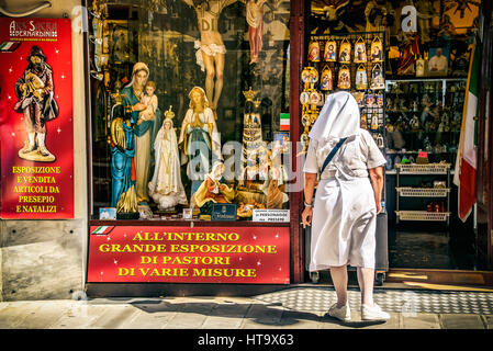 Loreto, Italie, 14 Lug 2013 - Nun fumer devant un magasin d'articles religieux Banque D'Images