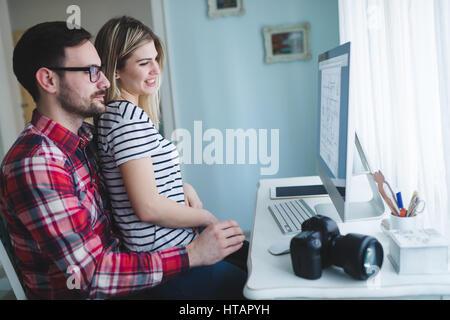 Couple travaillant ensemble sur projet de démarrage à partir de la maison Banque D'Images