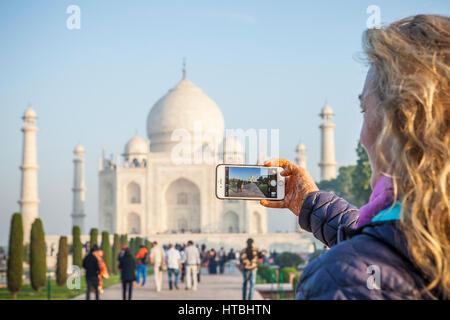 Une femme takinga photo du Taj Mahal à Agra, Inde avec son iPhone 6. Banque D'Images
