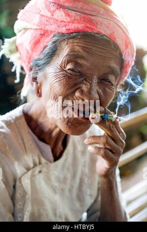 Myanmar (ex-Birmanie). Lac Inle. Femme fumant le cigare birman le cheroot Banque D'Images