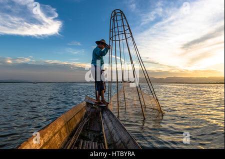 Myanmar (ex-Birmanie). Lac Inle. L'état Shan. Les pêcheurs du lac Inle, ethnie Intha groupe ethnique Banque D'Images