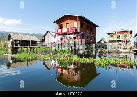 Myanmar (ex-Birmanie). Lac Inle. L'état Shan. L'ethnie Intha, un groupe ethnique du lac Inle, vivre dans environ Banque D'Images