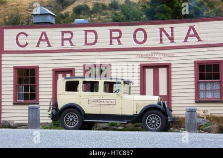 Eddleston, Otago, Nouvelle-Zélande. Façade de l'hôtel Cardrona historique, fondé en 1863, vintage voiture garée Banque D'Images