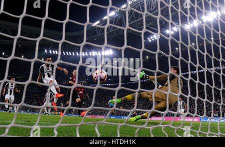 Turin, Italie. 10 Mar, 2017. Medhi Benatia de scores de la Juventus au cours de la Serie A italienne match de football Banque D'Images