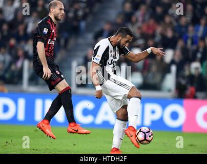 Turin, Italie. 10 Mar, 2017. Medhi Benatia (R) de la Juventus de scores au cours de la Serie A italienne match de Banque D'Images