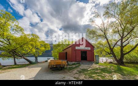 Red hut debout à côté de Lac Wakatipu, Glenorchy près de Queenstown, Alpes du Sud, de l'Otago, Southland, Nouvelle Banque D'Images