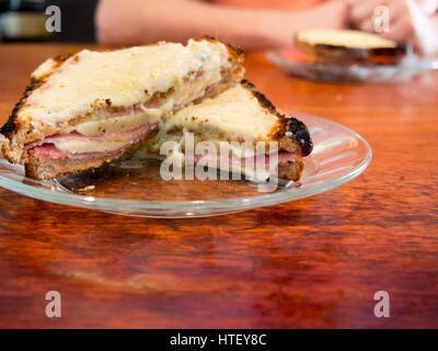 Ingrédients et fabrication d'un croque-monsieur au jambon et au fromage français, grillées, repas, gruyère, Banque D'Images