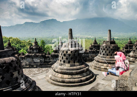 Ecolières prenant un javanais sur selfies haut de temple de Borobudur dans le centre de Java, Indonésie Banque D'Images