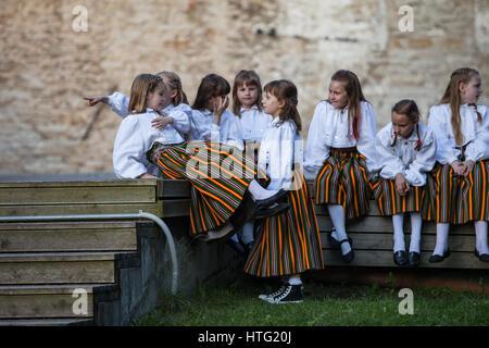TALLINN, ESTONIE - 02 juin 2016: Estonian folk dancers avec motif coloré traditionnelles tenues. Festival de folklore dans old town park.