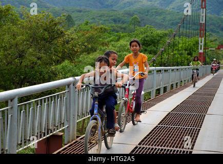 LAM DONG, LE VIET NAM- JAN 1, 2017: Groupe d'enfants vietnamiens non identifiés circuler à bicyclette cross suspension Banque D'Images