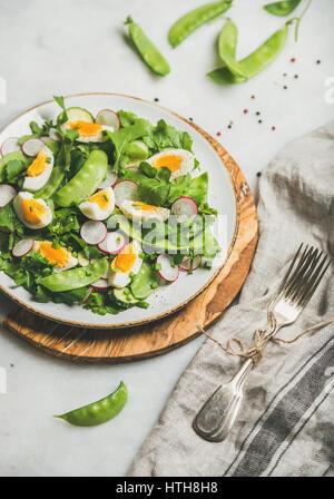 Salade saine avec des radis, oeuf dur, roquette, menthe, pois vert Banque D'Images