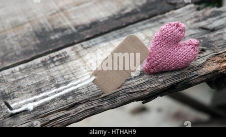 Arrière-plan de divorce avec cœur brisé et message sur sol en bois, mariage malheureux et l'adultère problème faire Banque D'Images