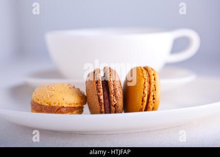 Biscuits aux amandes macarons français avec une tasse de thé Banque D'Images