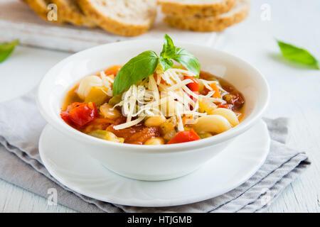 Soupe minestrone italien fait maison avec le fromage et le Basilic - chaud maison saine régime végétarien végétalien Banque D'Images