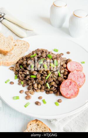 Avec des lentilles vertes (saucisse cotechino) on white plate Banque D'Images