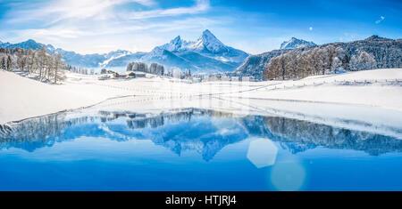 Vue panoramique de beaux paysages Winter Wonderland blanc dans les Alpes avec les sommets de montagne enneigées Banque D'Images
