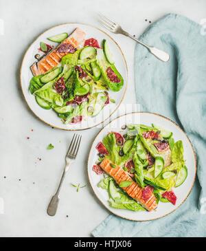 Salade de printemps en bonne santé avec du saumon grillé, orange, les olives et le quinoa Banque D'Images