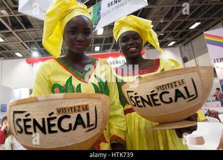 Berlin, Allemagne. Mar 12, 2017. Licka et Khady (r), photographié sur le stand du Sénégal au salon du tourisme international Banque D'Images